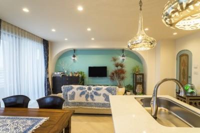 リビングダイニングキッチン (馬蹄形アーチとランプで彩られた魅惑的なモロッカンブルーの住まい)