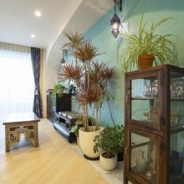 リビングルーム (馬蹄形アーチとランプで彩られた魅惑的なモロッカンブルーの住まい)