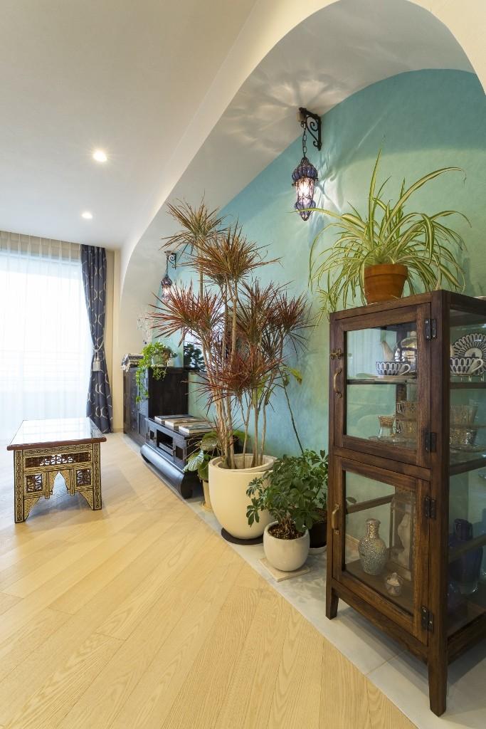 馬蹄形アーチとランプで彩られた魅惑的なモロッカンブルーの住まい (リビングルーム)