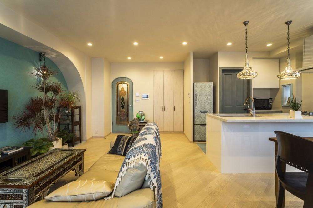 馬蹄形アーチとランプで彩られた魅惑的なモロッカンブルーの住まい (リビングダイニングキッチン)