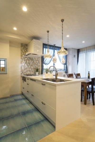 キッチン (馬蹄形アーチとランプで彩られた魅惑的なモロッカンブルーの住まい)