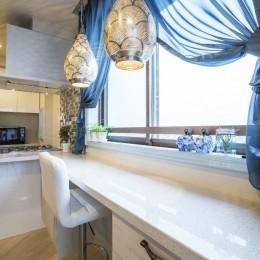 馬蹄形アーチとランプで彩られた魅惑的なモロッカンブルーの住まい (ダイニングキッチン)