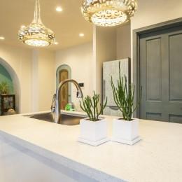 馬蹄形アーチとランプで彩られた魅惑的なモロッカンブルーの住まい (キッチン)