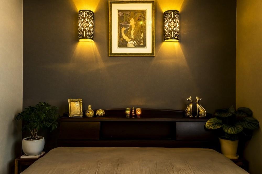 馬蹄形アーチとランプで彩られた魅惑的なモロッカンブルーの住まい (ベッドルーム)