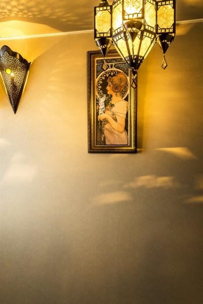 ベッドルーム (馬蹄形アーチとランプで彩られた魅惑的なモロッカンブルーの住まい)