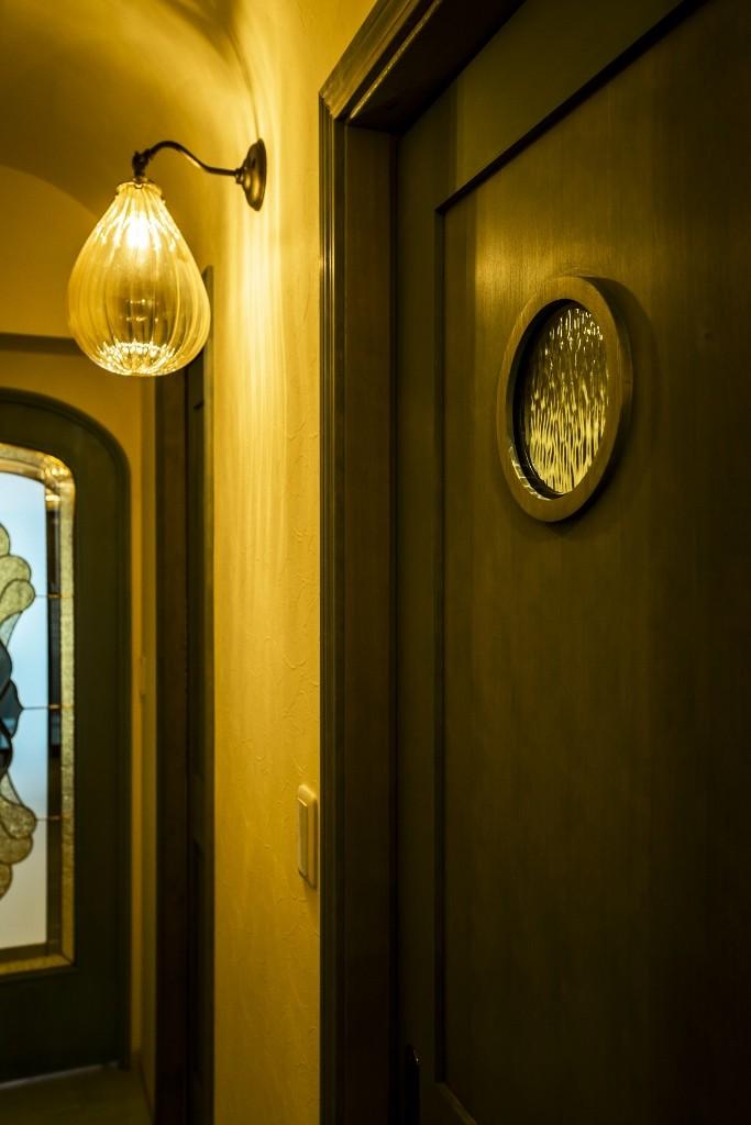 馬蹄形アーチとランプで彩られた魅惑的なモロッカンブルーの住まい (ホール)