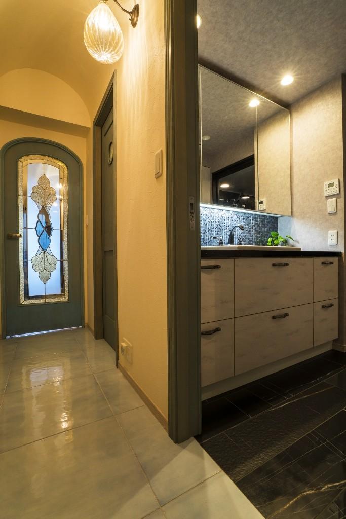馬蹄形アーチとランプで彩られた魅惑的なモロッカンブルーの住まい (ホール・サニタリー)
