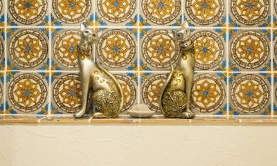 馬蹄形アーチとランプで彩られた魅惑的なモロッカンブルーの住まい (レストルーム)