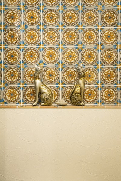 レストルーム (馬蹄形アーチとランプで彩られた魅惑的なモロッカンブルーの住まい)