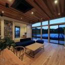 清武町の家~素材感を愉しむ家~の写真 リビング(夕景)