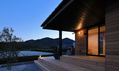 清武町の家~素材感を愉しむ家~ (テラス(夕景))