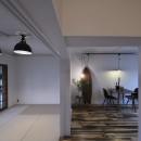 古い建物ならではの味わいを生かしながら、現代の暮らしに合わせたレトロモダンな空間への写真 ダイニングルームと和室