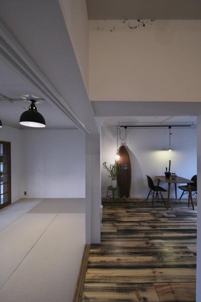ダイニングルームと和室 (古い建物ならではの味わいを生かしながら、現代の暮らしに合わせたレトロモダンな空間へ)