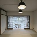 古い建物ならではの味わいを生かしながら、現代の暮らしに合わせたレトロモダンな空間への写真 寝室も兼ねたレトロモダンな和室