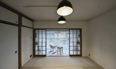 古い建物ならではの味わいを生かしながら、現代の暮らしに合わせたレトロモダンな空間へ (寝室も兼ねたレトロモダンな和室)