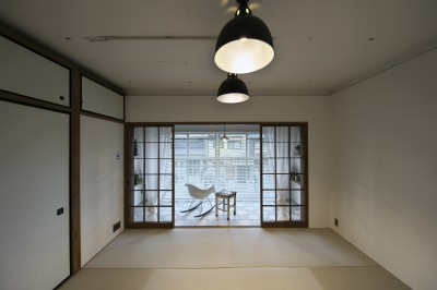 寝室も兼ねたレトロモダンな和室 (古い建物ならではの味わいを生かしながら、現代の暮らしに合わせたレトロモダンな空間へ)