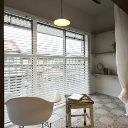 古い建物ならではの味わいを生かしながら、現代の暮らしに合わせたレトロモダンな空間へ (非日常的な雰囲気のテラス)