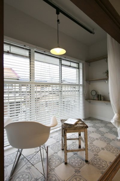 非日常的な雰囲気のテラス (古い建物ならではの味わいを生かしながら、現代の暮らしに合わせたレトロモダンな空間へ)
