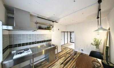 古い建物ならではの味わいを生かしながら、現代の暮らしに合わせたレトロモダンな空間へ (ステンレスキッチンでスッキリとまとめたキッチンスペース)