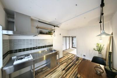 ステンレスキッチンでスッキリとまとめたキッチンスペース (古い建物ならではの味わいを生かしながら、現代の暮らしに合わせたレトロモダンな空間へ)