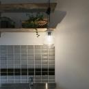 古い建物ならではの味わいを生かしながら、現代の暮らしに合わせたレトロモダンな空間への写真 キッチンの壁に張られたタイル