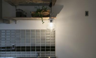 古い建物ならではの味わいを生かしながら、現代の暮らしに合わせたレトロモダンな空間へ (キッチンの壁に張られたタイル)