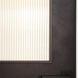 サブウェイタイルとモルタル風キッチンの男前スタイル (デザインガラス・ドアハンドル)