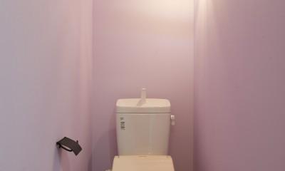 サブウェイタイルとモルタル風キッチンの男前スタイル (トイレ)