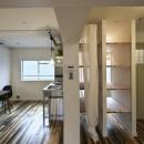 古い建物ならではの味わいを生かしながら、現代の暮らしに合わせたレトロモダンな空間への写真 ダイニングキッチンと隣接するバスルーム