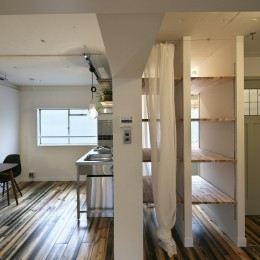 古い建物ならではの味わいを生かしながら、現代の暮らしに合わせたレトロモダンな空間へ (ダイニングキッチンと隣接するバスルーム)