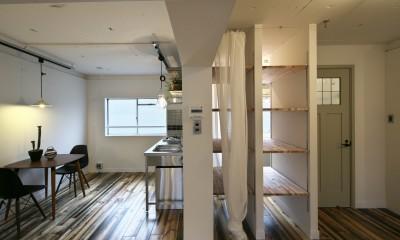 ダイニングキッチンと隣接するバスルーム|古い建物ならではの味わいを生かしながら、現代の暮らしに合わせたレトロモダンな空間へ