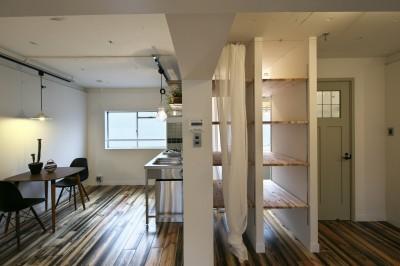 ダイニングキッチンと隣接するバスルーム (古い建物ならではの味わいを生かしながら、現代の暮らしに合わせたレトロモダンな空間へ)