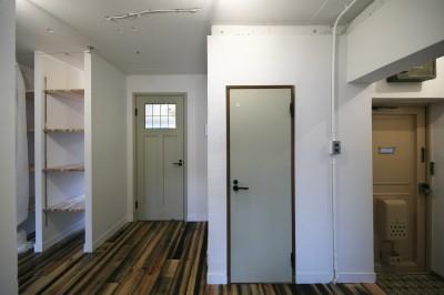フリースペースとしても使える廊下 (古い建物ならではの味わいを生かしながら、現代の暮らしに合わせたレトロモダンな空間へ)