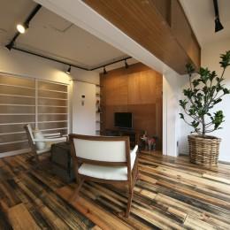 古い建物ならではの味わいを生かしながら、現代の暮らしに合わせたレトロモダンな空間へ (家具の配置が考えやすいリビングスペース)