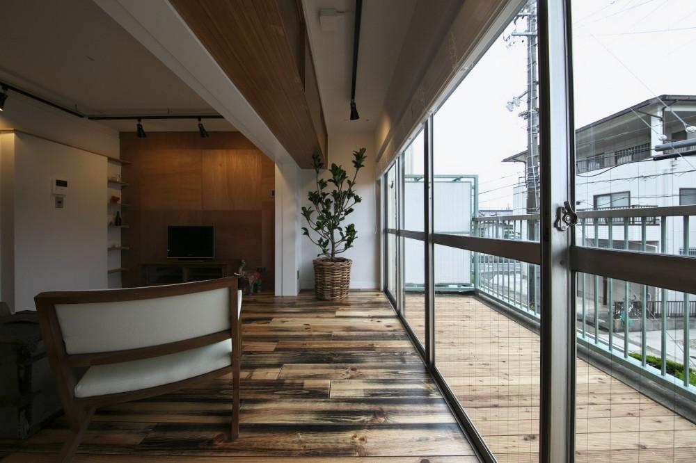 古い建物ならではの味わいを生かしながら、現代の暮らしに合わせたレトロモダンな空間へ (リビングからつながるバルコニー)