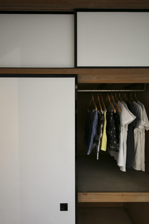 古い建物ならではの味わいを生かしながら、現代の暮らしに合わせたレトロモダンな空間へ (襖を張り替えてレトロモダンな室内に合わせた押し入れ)