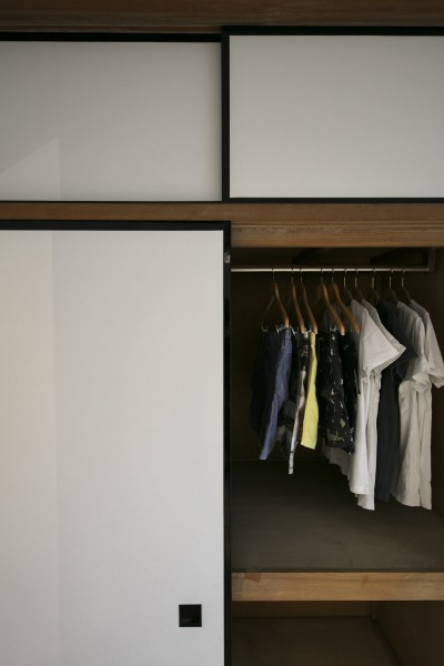 襖を張り替えてレトロモダンな室内に合わせた押し入れ (古い建物ならではの味わいを生かしながら、現代の暮らしに合わせたレトロモダンな空間へ)