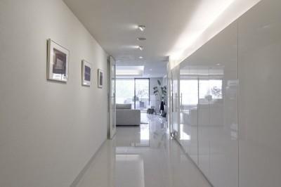 玄関 (ギャラリーから広がる開放的なモダンリビング)