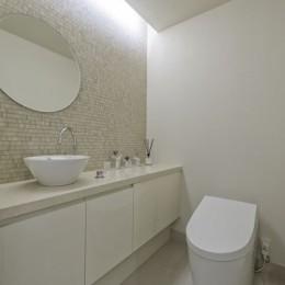 ゲスト用トイレ (ギャラリーから広がる開放的なモダンリビング)