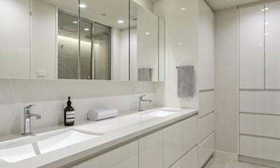 ギャラリーから広がる開放的なモダンリビング (洗面室)