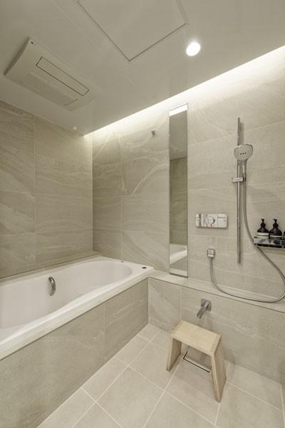 ギャラリーから広がる開放的なモダンリビング (浴室)