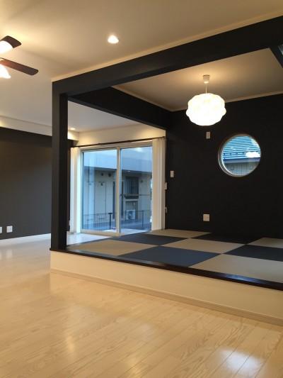 リビング〜畳スペース (モダンな和空間のある家)