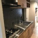 グレーと黒のヴィンテージハウスの写真 キッチン