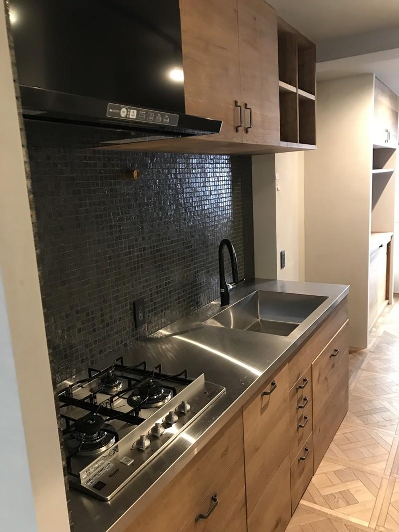 グレーと黒のヴィンテージハウス (キッチン)