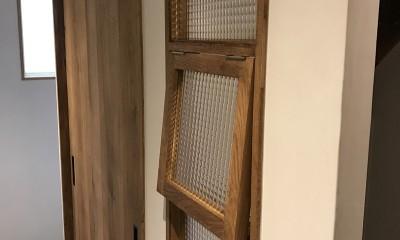 廊下に面して設けた室内窓|グレーと黒のヴィンテージハウス