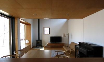 リビングダイニングキッチン|軽井沢の家~木々を一切切らずそのままの敷地を生かし、そこにそっと置いてあげたような住宅~