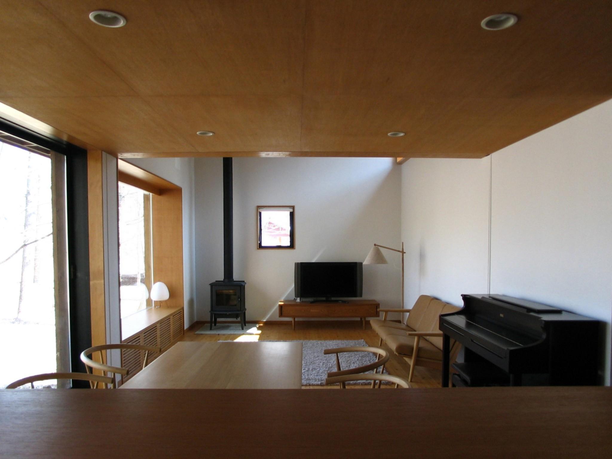 リビングダイニング事例:リビングダイニングキッチン(軽井沢の家~木々を一切切らずそのままの敷地を生かし、そこにそっと置いてあげたような住宅~)