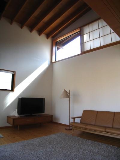 軽井沢の家 リビング (軽井沢の家~木々を一切切らずそのままの敷地を生かし、そこにそっと置いてあげたような住宅~)