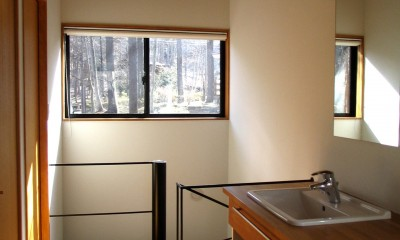 軽井沢の家 廊下兼洗面脱衣スペース|軽井沢の家~木々を一切切らずそのままの敷地を生かし、そこにそっと置いてあげたような住宅~