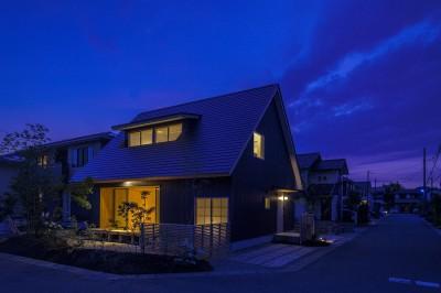 外観夜景 (castor/単純な大屋根形状に普遍的な間取りを、立体的断面形状で組み込んでみる。)